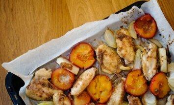 Naujas šeimos vakarienės patiekalas – marinuoti vištienos sparneliai su slyvomis
