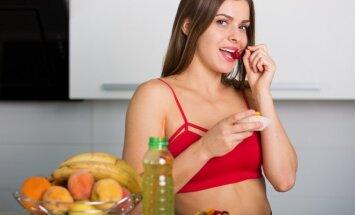 Moteris mėgaujasi vyšnia