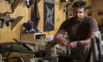 Kadras iš filmos Amerikiečių snaiperis su aktoriumi Bradley Cooperiu