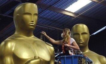 Darbuotoja ruošia Oskaro statulas kino apdovanojimams.