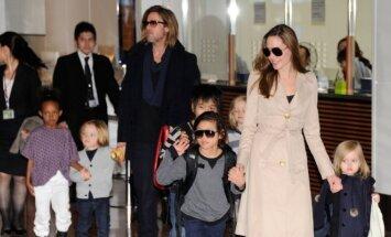 Angelina Jolie ir Bradas Pittas su vaikais