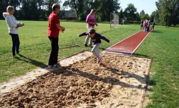 Sportuoja pradinių klasių mokiniai