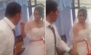 Jaunikis savo agresijos nesulaikė net per vestuves: smogė jį tortu maitinusiai nuotakai