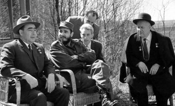 Leonidas Brežnevas (iš kairės), Kubos prezidentas Fidelis Castro ir SSRS vadovas Nikita Chruščiovas (dešinėje) kalbasi pastarojo viloje 1963 metais.