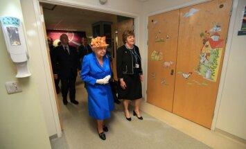 Karalienė Elžbieta II lanko Mančesterio išpuolio metu sužeistus vaikus