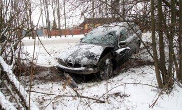 Kaune BMW trenkėsi į tvorą, ant automobilio užvirto medis