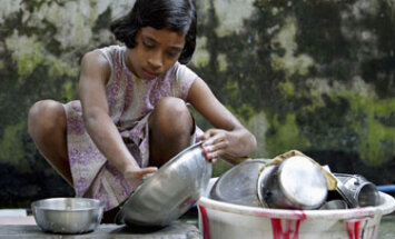 Vienuolikmetė plauna indus