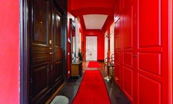 Degantis koridorius iškart žada spalvingą kelionę po šiuos namus.