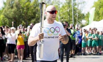Aurimas Lankas neša Olimpinės dienos delglą (A.Četkausko nuotr.)