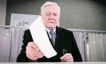 President Valdas Adamkus casting his vote at the Seimas elections in 2016