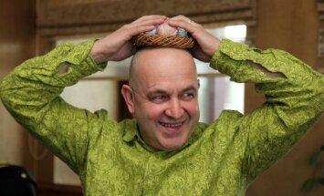 Humoristas A. Orlauskas prieš didžiąsias pavasario šventes pasipuošė vainiku iš kiaušinių