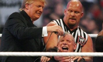 Donaldas Trumpas skuta plaukus savo oponentui Vince'ui McMahonui