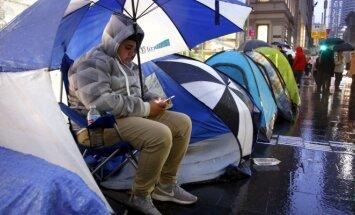 Taip rikiuojasi žmonės, kuriems įsigyti iPhone 6s pirmą prekybos dieną – gyvybės ir mirties klausimas