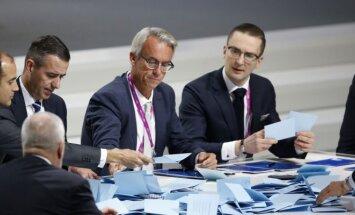 FIFA rinkimų rezultatus skaičiavo ir LFF prezidentas Edvinas Eimontas (dešinėje)