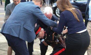 Princas Williamas padėjo atsikelti parkritusiam lordui