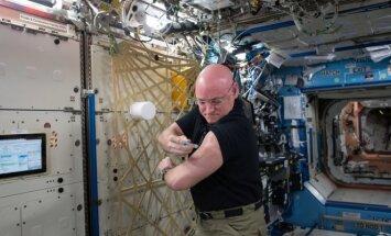 Astronautas Scottas Kelly kosmose save skiepyja nuo gripo, 2015 metai