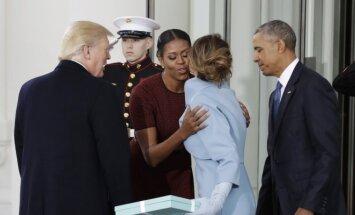 Protokolo nesusipratimas: M. Trump tiesė ranką M. Obamai, kuri norėjo D. Trumpo žmoną apkabinti