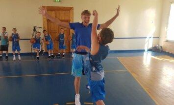 Mindaugas Kuzminskas su stovyklautoju  / Foto: Mindaugo Kuzminsko krepšinio stovykla