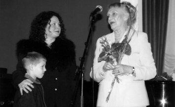 Režisierė Galina Dauguvietytė ir žurnalistė Inga Liutkevičienė su sūnumi, pristatant pirmąją knygą 2002 m.