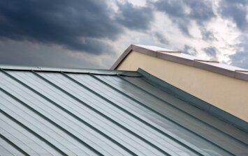 Plieninė stogo danga: kodėl ji tampa vis populiaresnė?
