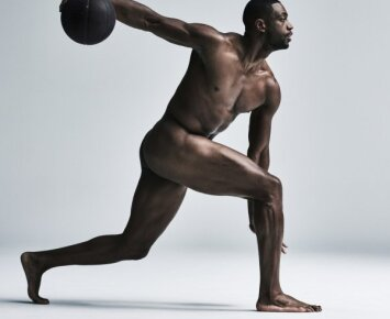 """<span style=""""color: #ff7f00;"""">Krepšinis kitaip</span>: nuoga NBA žvaigždė – lyg antikinė skulptūra"""
