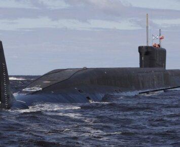 Vaizdelis iš Rusijos: povandeninis laivas vos nenuskandino žvejų valtelės