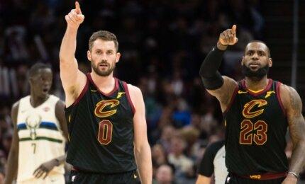 """NBA naktis: Love\'o sugrįžimas, dar vieno """"Warriors"""" lyderio trauma ir 290 taškų Majamyje"""