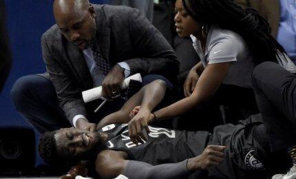 """NBA naktį aptemdė kraupi jaunosios Bruklino """"Nets"""" žvaigždės LeVerto trauma"""