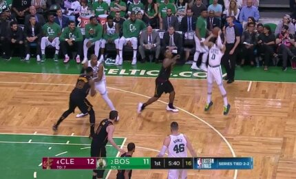 """Įspūdingas """"Celtics"""" snaiperių šou pirmame penktų rungtynių kėlinyje"""