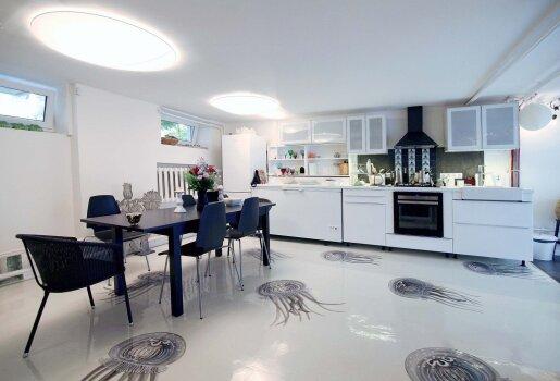 Baltos tekstilės šviestuvai pritaikyti patalpai žemomis lubomis. O grindų medūzos nupieštos taip, tarsi judėtų