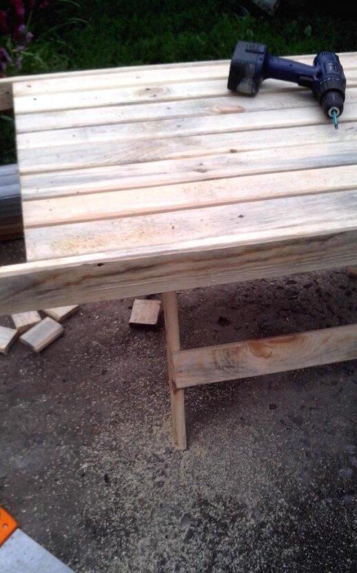 Darau pats: sodo stalas iš tvoros lentų