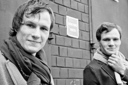 Globos namuose augusių dvynių tikslas – viešinti likimo brolių situaciją