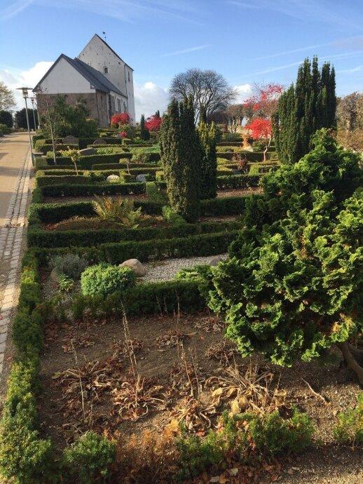 Danijos kapinaitėse daug dėmesio augalams ir priežiūrai neskiriama, svarbiau – gyvųjų prisiminimai ir pagarba mirusiems.