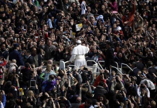 Popiežius sveikina žmones su Velykomis