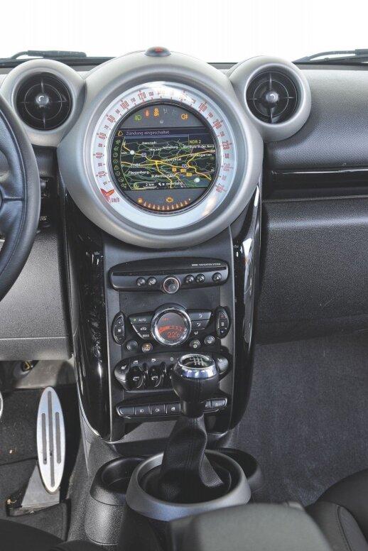 Sidabriniai milžiniško spidometro ir ventiliatorių rėmeliai (BMW šią kompoziciją vadina Peliuku Mikiu) spragsi ir girgžda.