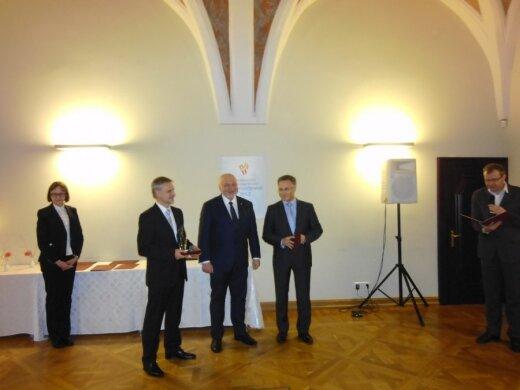 G. Labanauskui įteikiamas trijų ministerijų organizuojamo konkurso apdovanojimas