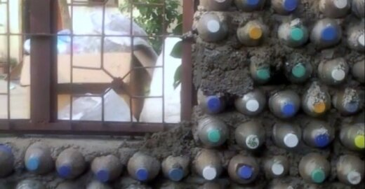Namas iš plastikinių butelių