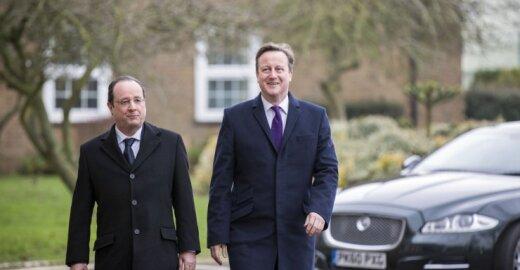 F. Hollande'as (kairėje) ir D. Cameronas