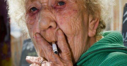 EK rengiasi visoje ES uždrausti rūkyti viešose vietose, suvienodinti cigarečių pakelius ir sumažinti jų nuodingumą