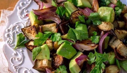 Karšto skptų baklažanų ir avokadų salotos