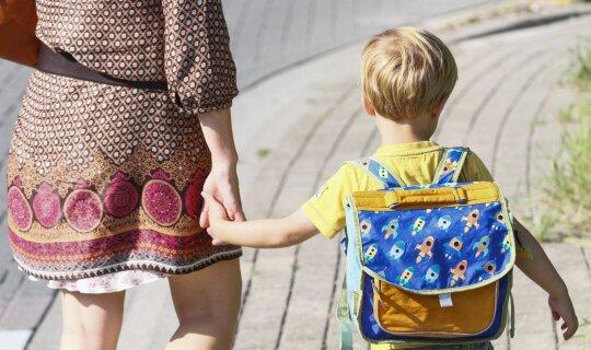 Mama veda vaiką į mokyklą