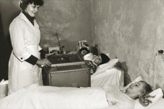 """<span style=""""color: #ff0000;"""">Tada ir dabar.</span> Sovietiniai košmarai: gimdančios moterys buvo tepamos jodu, klizmuojamos ir skutamos"""