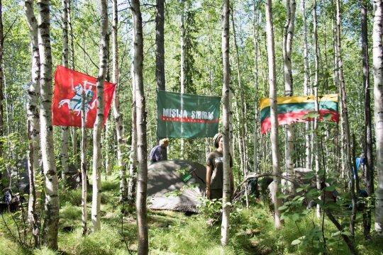 Palapinių miestelis su vėliavomis