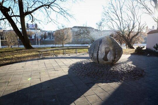 Monsinjoro Kazimiero Vasiliausko atminimui pastatytas paminklinis akmuo