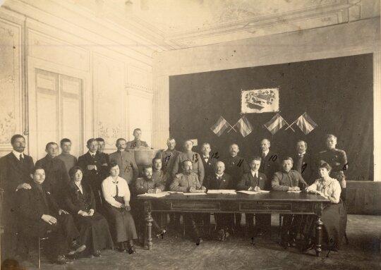 Pirmasis Kaukazo lietuvių organizacijų suvažiavimas Tiflise (Tbilisyje). Už stalo, centre - garbės  pirmininkas inžinierius Petras Vileišis, šalia jo - pirmininkas Pranas Dailidė. Tbilisis, 1918 m. gruodžio 27 -30 d.