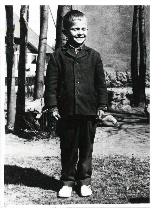 R. Jarmalavičius pirmoje klasėje, Saugų vaikų namai, Šilutės raj.