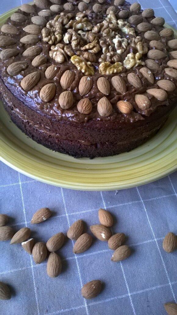 Veganiškas burokų tortas su šokoladiniu avokado kremu