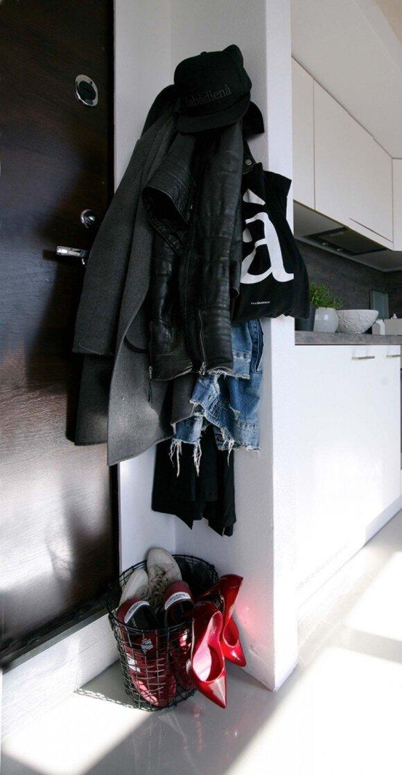Batų dėžę atstoja vielinis krepšys. Raudoni aukštakulniai – ypatingomis progomis