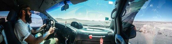 Link Andų vingiuojantys Atakamos keliai beveik tušti. Retkarčiais čia gali prasilenkti su kitais keliautojais ar sunkvežimių vairuotojais, keliaujančiais iš ar į Argentiną bei Boliviją