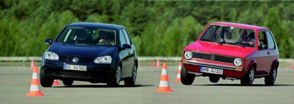 """Posūkio įveikimo skirtumas. """"Volkswagen Golf"""" su ESP sistema (kairėje) ir be ESP (dešinėje)"""